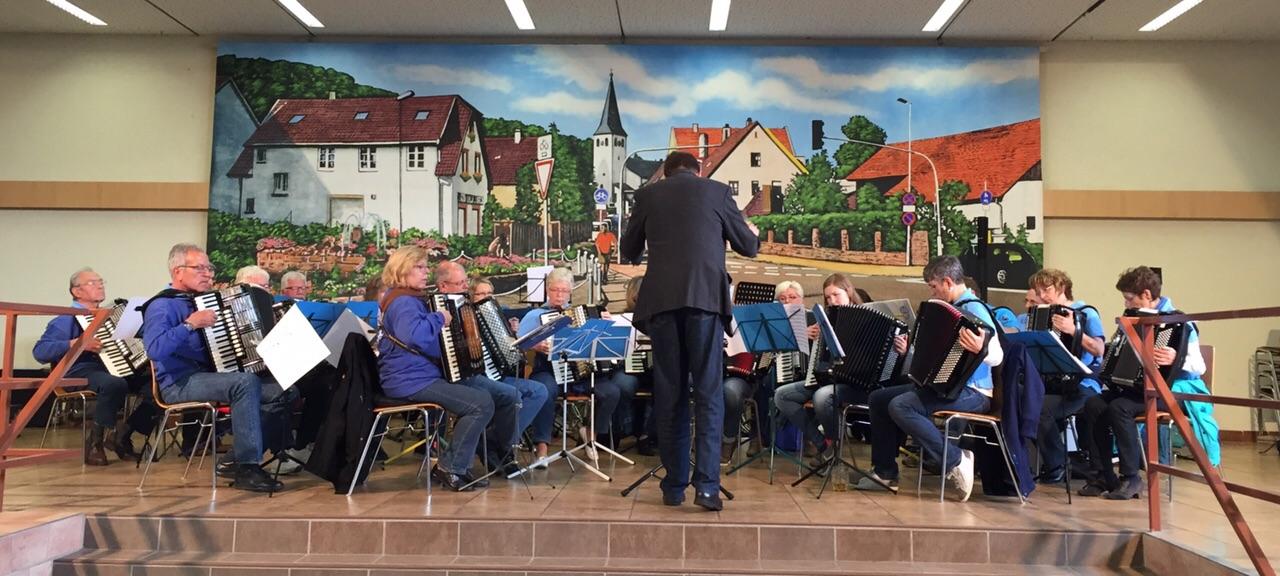 Orchester spielt am 1.Mai